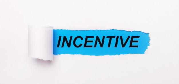 Su uno sfondo blu brillante, carta bianca con una striscia strappata e il testo incentive