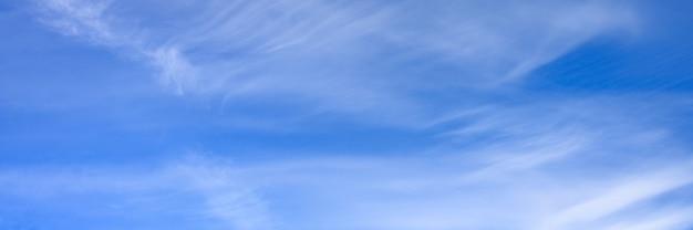 Cielo azzurro con nuvole. banner