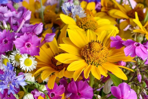 Bouquet luminoso di fiori che sbocciano boccioli di primo piano cartolina congratulazioni vacanza