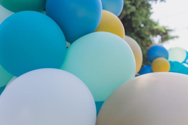 Mazzo luminoso di palloncini colorati. sfondo, bassa profondità di messa a fuoco.