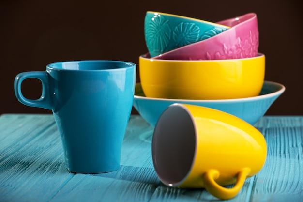 Ceramiche luminose - tazze e ciotole nei colori blu, giallo e rosa