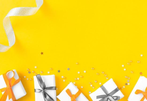 Sfondo di colore brillante con regali e coriandoli