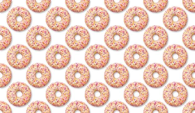 Modello di ciambella di colore brillante su uno sfondo bianco, dessert. impostare la vista dall'alto di ciambella di pasticceria dolce, cibo spazzatura, cibo confortevole