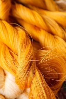 Colore brillante dei fili di seta grezza