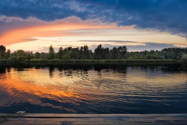 Tramonto di colore brillante riflesso nell'acqua.