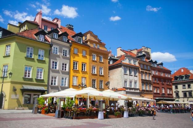 Case colorate luminose e caffè all'aperto nel centro della città vecchia di varsavia, polonia
