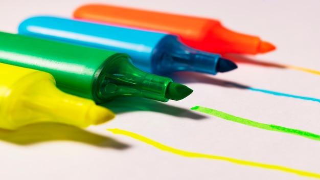 Pennarelli colorati per evidenziare il testo su sfondo bianco, pennarelli colorati per disegnare.