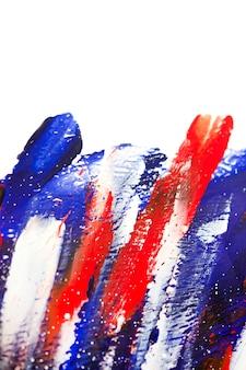 Sfondo colorato luminoso di linee colorate luminose di vernici liquide. pennellate di linea rossa blu brillante su sfondo bianco con pennellate rosse. vernici liquide su tela. colpi di schizzi in primo piano