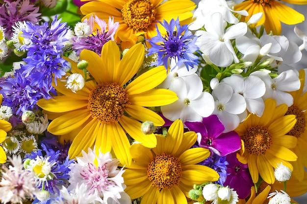 Brillante bouquet colorato di fiori giallo blu bianco primavera cartolina di congratulazioni