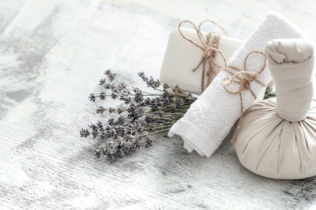Composizione luminosa con fiori di lavanda. prodotti naturali dayspa con cocco
