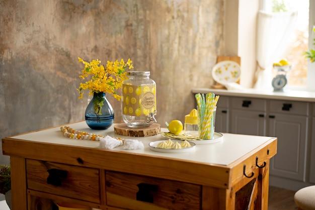 Cucina luminosa e accogliente con finestre per utensili da cucina photozone