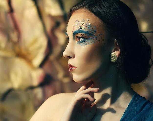 Trucco creativo luminoso volto di donna bella