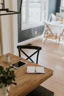 Luminosa sala da pranzo con tavolo in legno