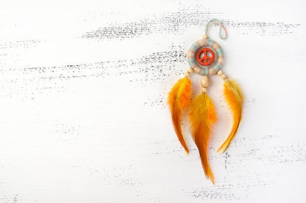 Acchiappasogni luminoso con un segno di pace arancione