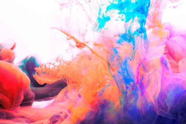 Coloranti brillanti che si mescolano nell'acqua