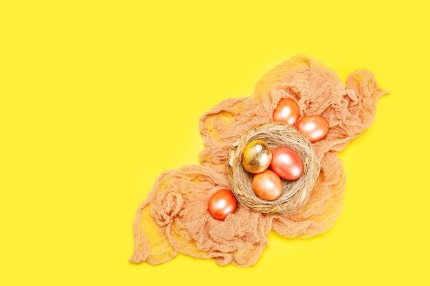 Fondo luminoso di festa di pasqua con le uova colorate rosa e dorate