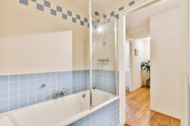 Interiore del bagno elegante luminoso in una casa di lusso
