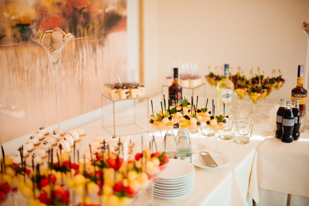 Luminosa sala festiva con bellissimi fiori e servizio