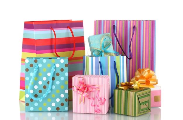 Sacchetti regalo luminosi e regali isolati su bianco