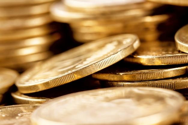 Le monete dorate luminose hanno sparato un mazzo