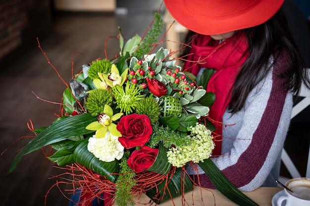 Bouquet floreale di fiori luminosi e splendidi di bei fiori rossi per san valentino