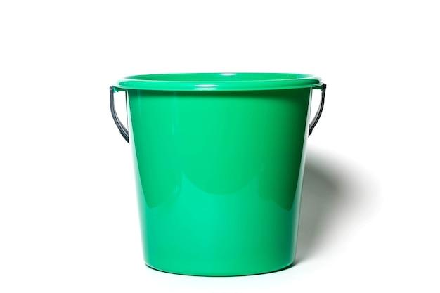 Secchio da cucina in plastica rotondo verde brillante per acqua o immondizia isolato su sfondo bianco. contenitore ravvicinato per la pulizia della casa. concetto di accessori per la casa da cucina per il sito. copia spazio