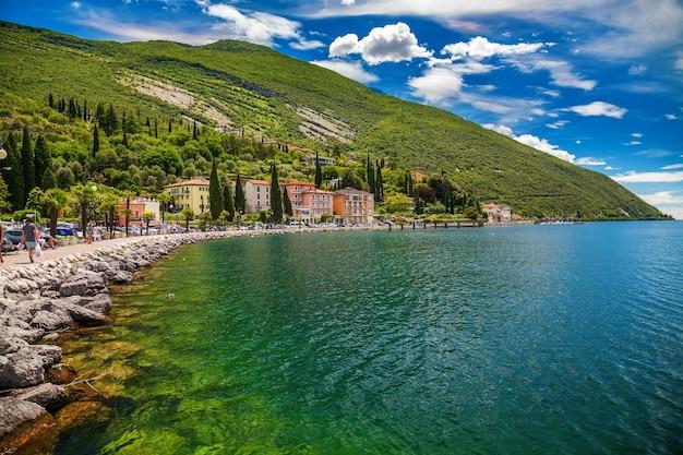 Luminosa e verde città di torbole waterfront, lago di garda,regione trentino alto adige, italy