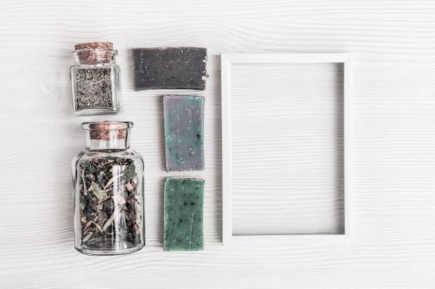 Saponette artigianali luminose ed erbe naturali con struttura in metallo bianco
