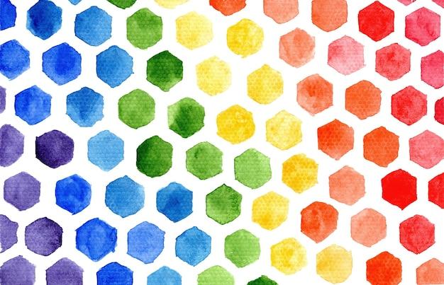 L'arcobaleno orizzontale luminoso colora la composizione in mosaico di piccoli esagoni dell'acquerello su fondo bianco