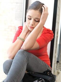 Immagine luminosa in interni di una ragazza adolescente calma