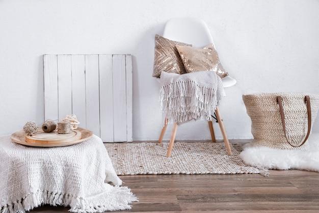 Interni luminosi di una stanza accogliente con una sedia e decorazioni per la casa. interni, dettagli e decorazioni moderni.