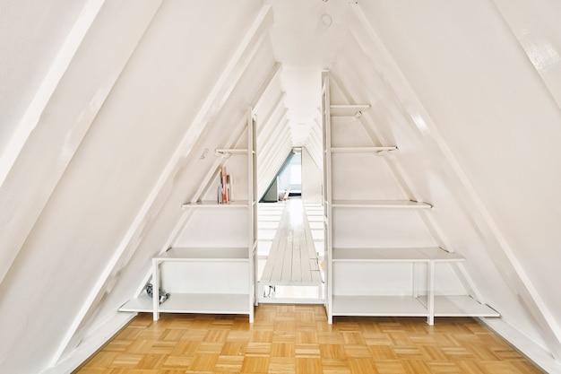 Luminoso design degli interni di una casa di lusso