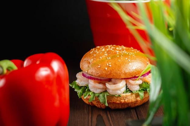Hamburger alla griglia succosi e luminosi con gamberi. concetto di fast food
