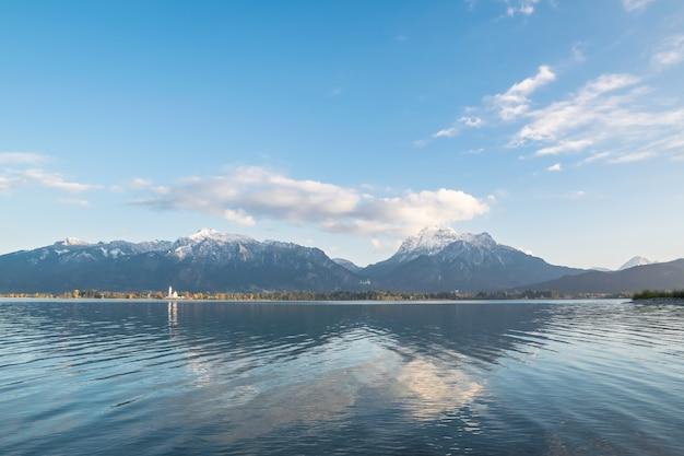 Paesaggio luminoso con lago e montagne, forggensee, germania