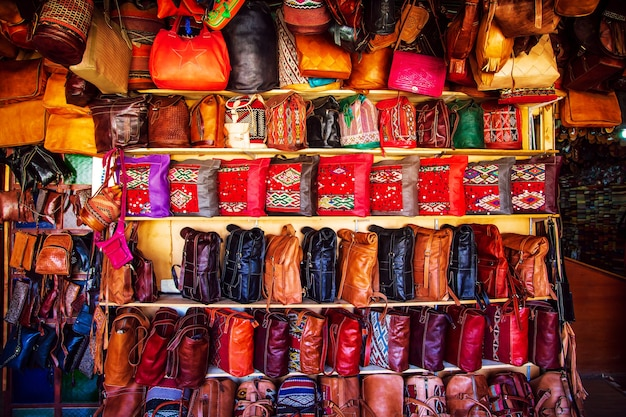 Luminose borse in pelle sul mercato marocchino. souvenir fatti a mano, fez, in marocco.