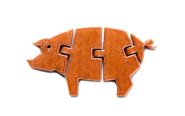 Oggetto marrone chiaro brillante a forma di giocattolo di maiale stampato su stampante 3d isolata su sfondo bianco. modellazione a deposizione fusa, fdm. concetto di moderna tecnologia additiva progressiva per la stampa 3d.