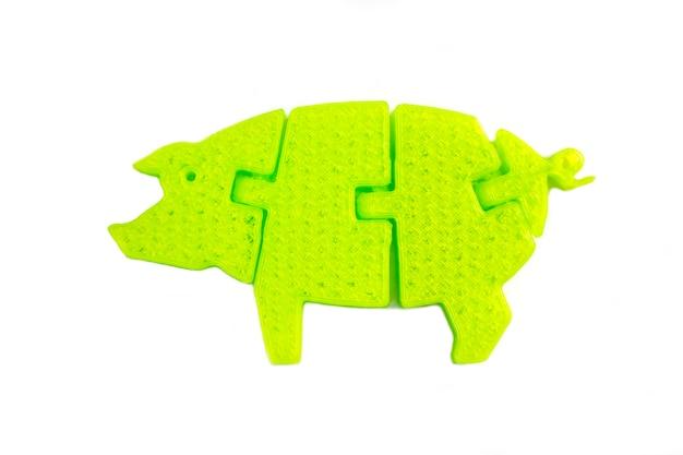 Oggetto verde chiaro brillante a forma di giocattolo di maiale stampato su stampante 3d isolata su sfondo bianco. modellazione a deposizione fusa, fdm. concetto di moderna tecnologia additiva progressiva per la stampa 3d.