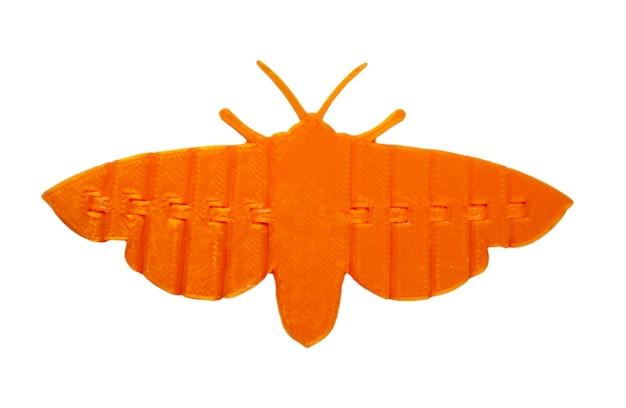 Oggetto arancione chiaro brillante a forma di farfalla giocattolo stampato su stampante 3d isolata su sfondo bianco. modellazione a deposizione fusa, fdm. concetto di moderna tecnologia additiva progressiva per la stampa 3d.
