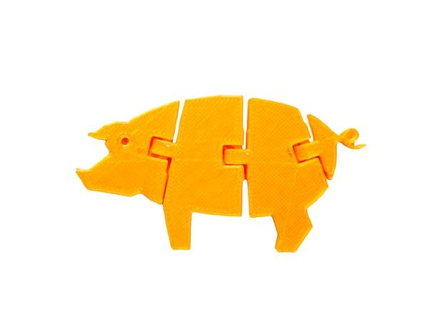 Oggetto giallo chiaro brillante a forma di giocattolo di maiale stampato su stampante 3d isolata su sfondo bianco. modellazione a deposizione fusa, fdm. concetto di moderna tecnologia additiva progressiva per la stampa 3d.