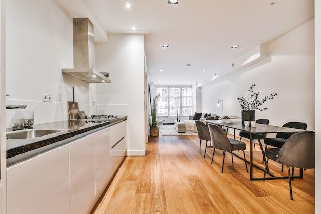 Una cucina di lusso luminosa in una casa elegante