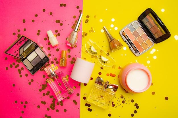 Layout di trucco luminoso. industria della moda. cosmetologia. trucco glitter sfondo luminoso