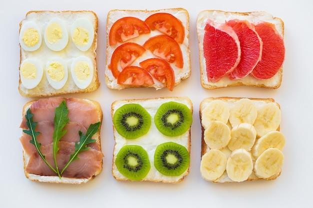 Brillante mix di panini per colazione frutta, verdura, pesce