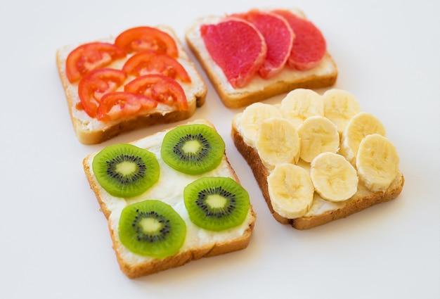 Brillante mix di panini per colazione frutta, verdura