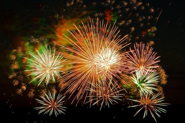 Fuochi d'artificio multicolori luminosi in una notte festiva. splendidi bagliori di colore nel cielo scuro per una vacanza.