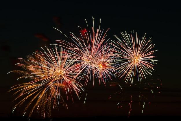 Fuochi d'artificio multicolori luminosi in una notte festiva. esplosioni di fuoco colorato nel cielo. Foto Premium