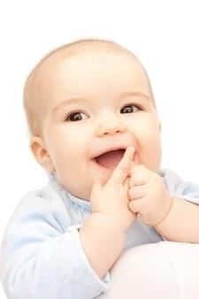 Immagine luminosa di un bambino adorabile su bianco