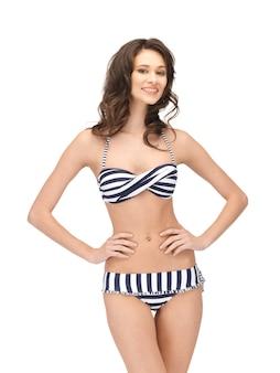 Immagine luminosa di una bella donna in bikini