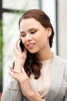 Immagine luminosa di una donna d'affari con il cellulare