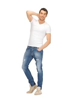 Immagine luminosa di un bell'uomo in camicia bianca