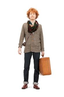 Immagine luminosa di un bell'uomo con la valigia